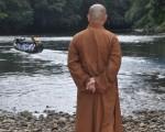 台湾释会深法师在RH MURAT河流体会到砂拉越伊班族的生活